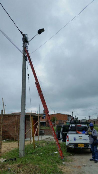 instalación de postes y luminarias de Tuluá.